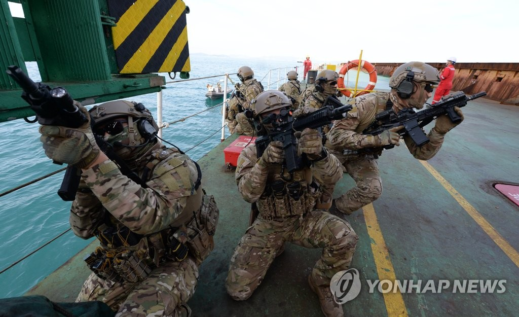 This file photo, taken Dec. 13, 2019, shows members of South Korea's anti-piracy Cheonghae unit engaging in an exercise in waters off the southeastern island of Geoje. (Yonhap)