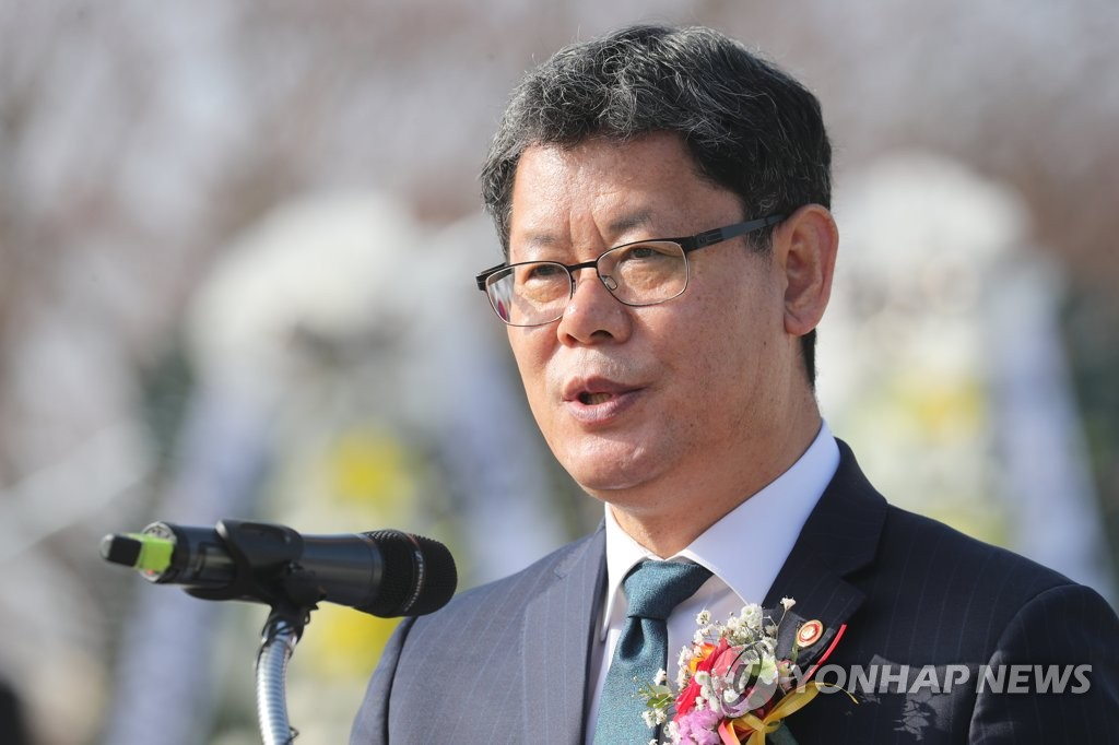 Unification Minister Kim Yeon-chul speaks during an event for those who hope to reunite with their loved ones in North Korea at Imjingak in Paju, northwest of Seoul, on Jan. 25, 2020. Imjingak is located just south of the Demilitarized Zone dividing the two Koreas and is used every year by separated families to mark the Korean autumn harvest celebration and Lunar New Year's Day. (Yonhap)