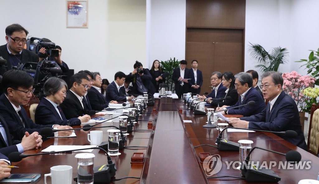 President Moon Jae-in (R) speaks at a Cheong Wa Dae meeting with his senior aides on Feb. 3, 2020. (Yonhap)