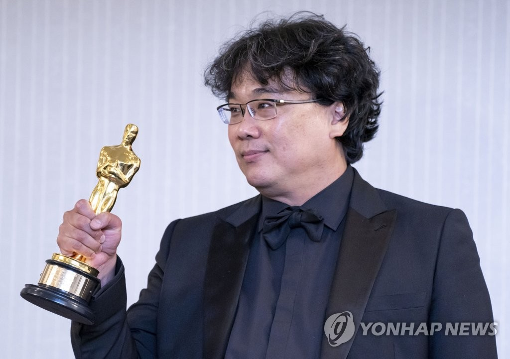 "This file photo shows Director Bong Joon-ho of the South Korean movie ""Parasite,"" posing after winning Oscar awards in Los Angeles, Feb. 10, 2020. (Yonhap)"
