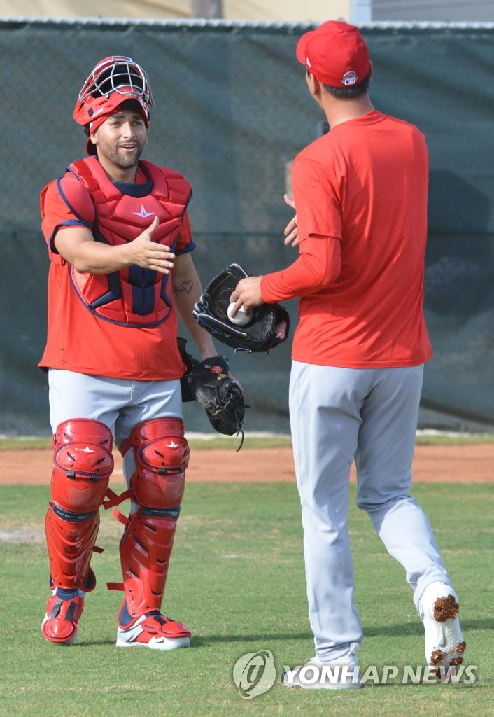 Kim Kwang-hyun of St. Louis Cardinals (R) shakes hands with catcher Jose Godoy after their bullpen session during the club's spring training at Roger Dean Chevrolet Stadium in Jupiter, Florida, on Feb. 11, 2020. (Yonhap)