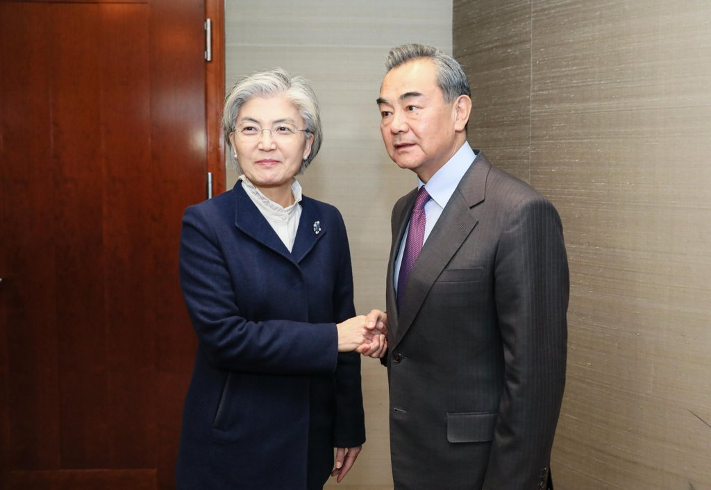 This photo, provided by South Korea's foreign ministry, shows Foreign Minister Kang Kyung-wha (L) and her Chinese counterpart, Wang Yi, at a bilateral meeting in Munich, Germany, on Feb. 15, 2020. (Yonhap)