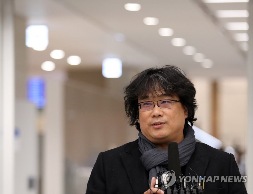 Director Bong Joon-ho speaks to reporters after arriving at Incheon International Airport on Feb. 16, 2020. (Yonhap)