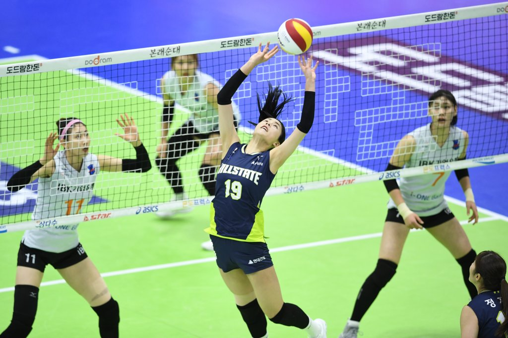 In this file photo, provided by the Korean Volleyball Federation on Feb. 18, 2020, Lee Da-yeong of the Hyundai E&C Hillstate (C) tosses the ball during a women's V-League match against the IBK Altos at Suwon Gymnasium in Suwon, 45 kilometers south of Seoul. (PHOTO NOT FOR SALE) (Yonhap)