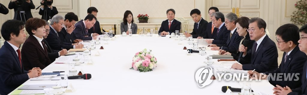 President Moon Jae-in (3rd from R)) speaks during a Cheong Wa Dae meeting in Seoul with the superintendents of educational authorities in 17 major cities and provinces on Feb. 19, 2020. (Yonhap)