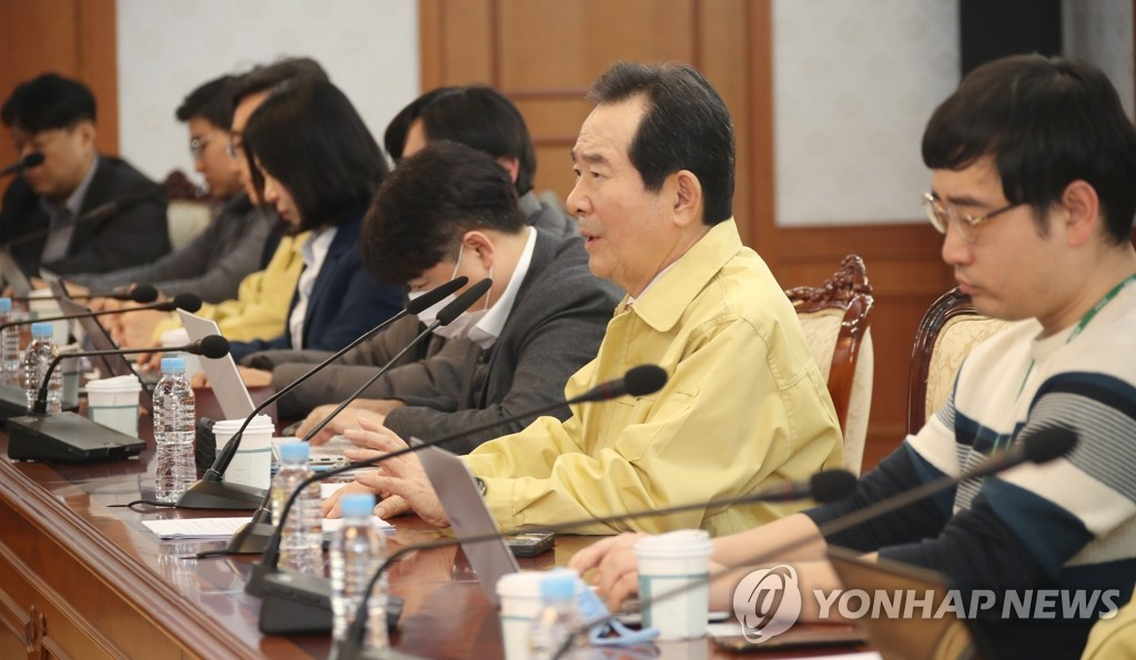 Prime Minister Chung Sye-kyun (2nd from R) speaks at a press briefing at his office on Feb. 24, 2020. (Yonhap)