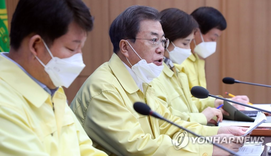 President Moon Jae-n (2nd from L) speaks at a meeting on responding to the COVID-19 virus held at Daegu City Hall in Daegu, 300 kilometers southeast of Seoul, on Feb. 25, 2020. (Yonhap)