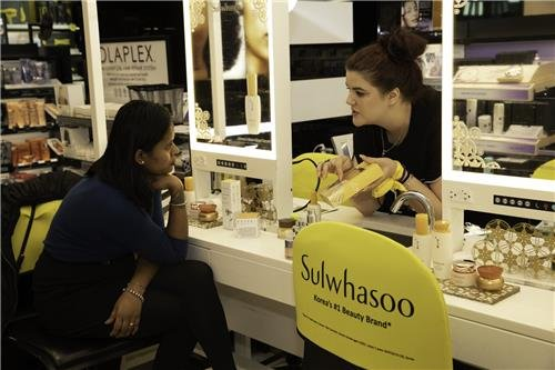 This photo, provided by Amorepacific on March 9, 2020, shows sales of the company's luxury cosmetics brand Sulwhasoo at the New York outlet of global cosmetics chain Sephora. (PHOTO NOT FOR SALE) (Yonhap)