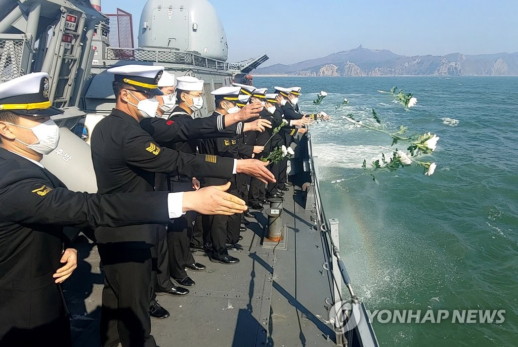 Sailors aboard the 2nd Naval Fleet's patrol ship Hwang Do-hyeon offer flowers in waters off the northern border island of Baeknyeong on March 23, 2020, to honor 46 soldiers who were killed in North Korea's submarine torpedoing of the South Korean Cheonan warship, on March 26, 2010, in this photo provided by the Navy. (PHOTO NOT FOR SALE) (Yonhap)