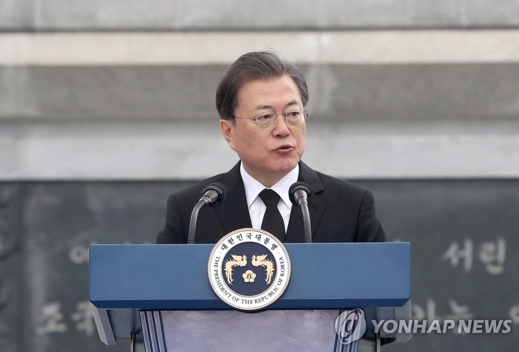 President Moon Jae-in delivers a speech to mark the fifth Yellow Sea Defense Day at the national cemetery in Daejeon, 164 kilometers south of Seoul, on March 27, 2020. (Yonhap)