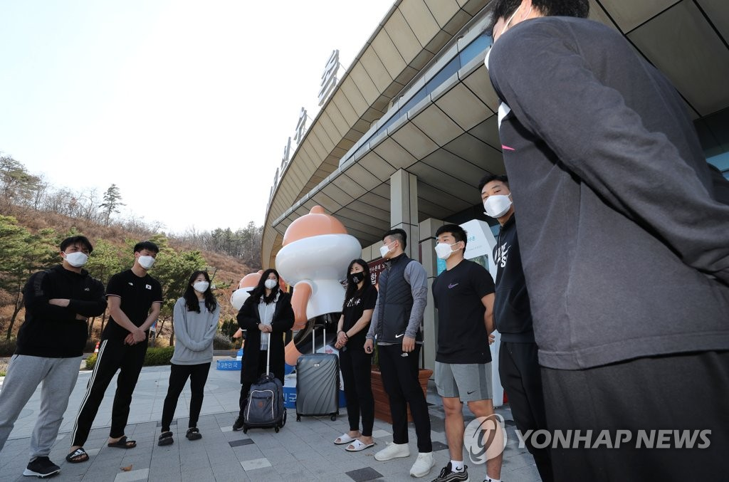 South Korean karate athletes prepare to move out of the Jincheon National Training Center in Jincheon, 90 kilometers south of Seoul, on March 27, 2020. (Yonhap)