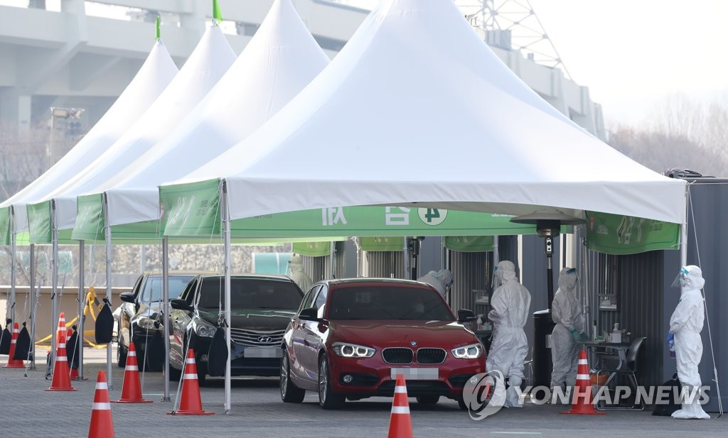 This photo, taken March 31, 2020, shows a drive-thru coronavirus testing clinic in Seoul. (Yonhap)