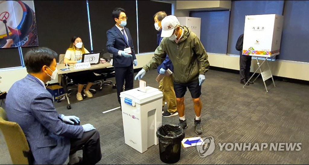 Kim Yi-jong (C) casts a ballot in Sydney for the April 15 parliamentary elections on April 1, 2020, becoming the first South Korean to do so, as South Korea began six days of overseas voting. (Yonhap)