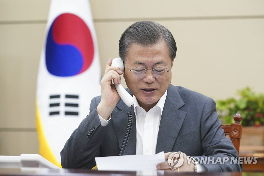 South Korean President Moon Jae-in holds phone talks with his Peruvian counterpart, Martin Vizcarra, at Cheong Wa Dae on April 6, 2020, in this photo provided by the presidential office. (PHOTO NOT FOR SALE) (Yonhap)