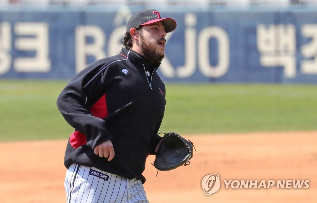 Roberto Ramos of the LG Twins takes part in a fielding drill at Jamsil Stadium in Seoul on April 8, 2020. (Yonhap)