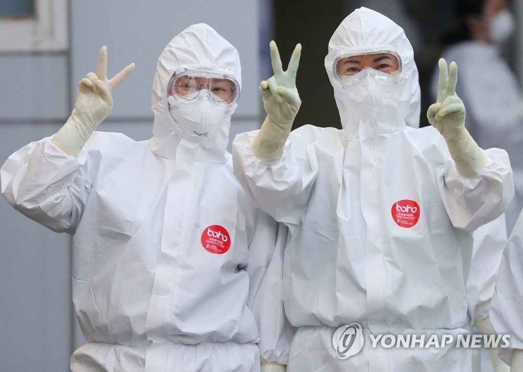 Medical workers in protective suits pose for a photo at a hospital in Daegu on April 10, 2020. (Yonhap)