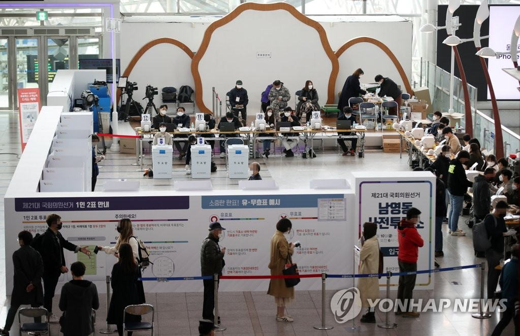 Voters wait in line to cast ballots in early voting for the April 15 parliamentary elections at a polling station set up at Seoul Station, central Seoul, on April 11, 2020. (Yonhap)