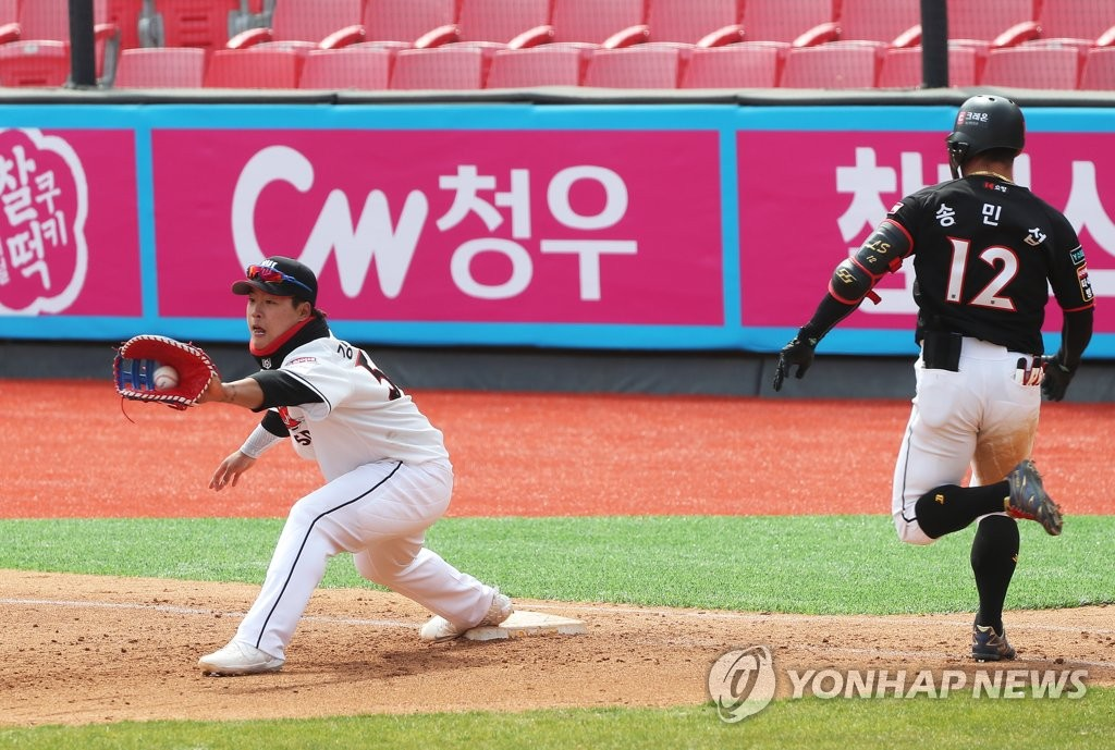In this file photo from April 12, 2020, KT Wiz first baseman Kang Baek-ho (L) receives a throw during an intrasquad game at KT Wiz Park in Suwon, 45 kilometers south of Seoul. (Yonhap)