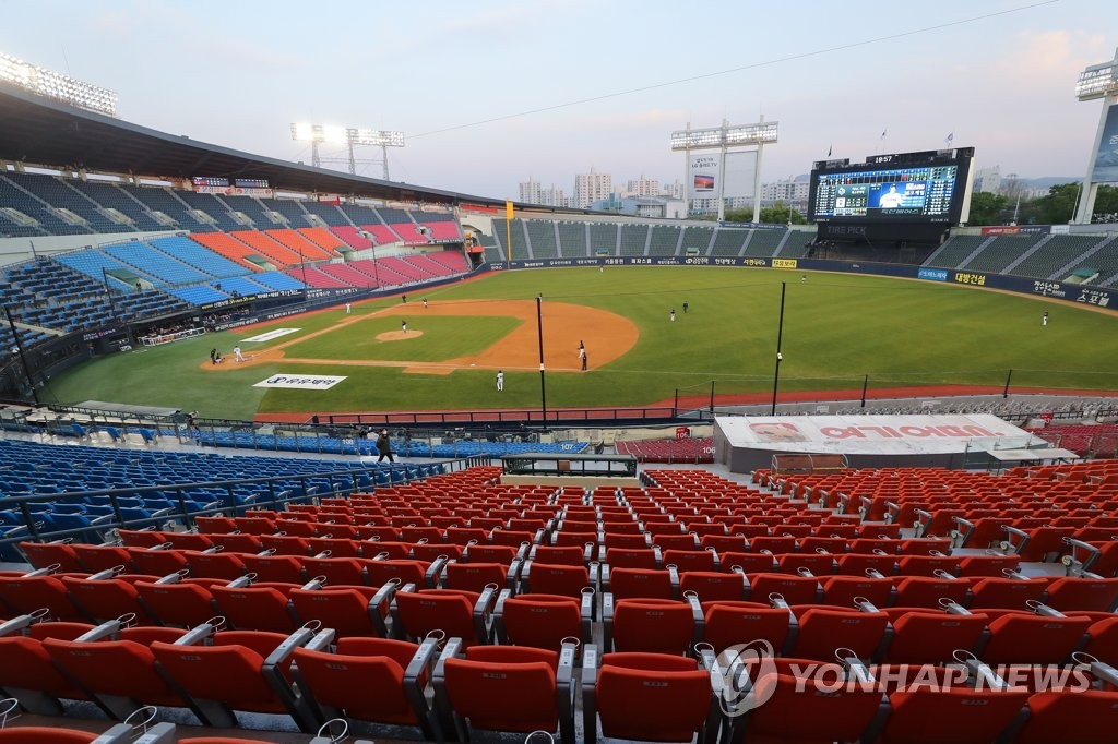 A Korea Baseball Organization preseason game takes place at Jamsil Stadium in Seoul between the Doosan Bears and the KT Wiz on April 25, 2020. (Yonhap)