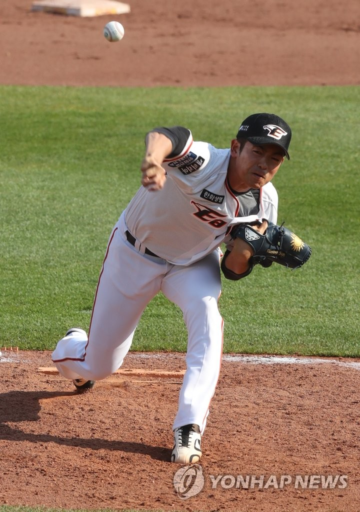 In this file photo from April 29, 2020, Lee Tae-yang of the Hanwha Eagles pitches against the LG Twins in a Korea Baseball Organization preseason game at Hanwha Life Eagles Park in Daejeon, 160 kilometers south of Seoul. (Yonhap)