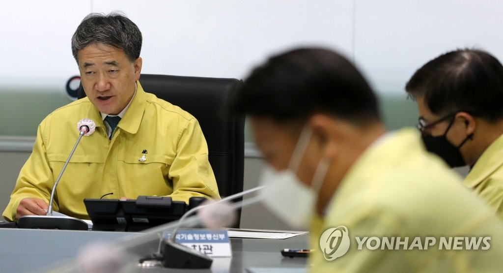 Health Minister Park Neung-hoo (L) speaks in a meeting of the Central Disaster and Safety Countermeasures Headquarters in Seoul on May 5, 2020. (Yonhap)