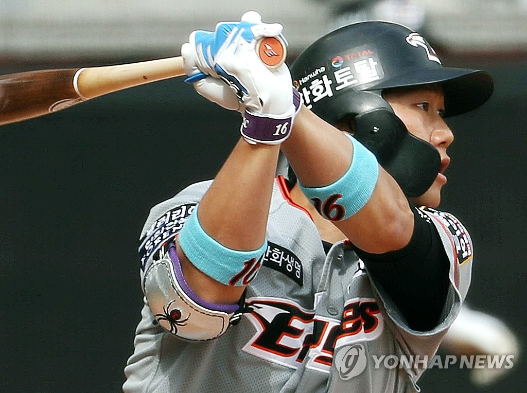 Ha Ju-suk of the Hanwha Eagles watches his two-run single against the SK Wyverns during a Korea Baseball Organization regular season game at SK Happy Dream Park in Incheon, 40 kilometers west of Seoul, on May 5, 2020. (Yonhap)