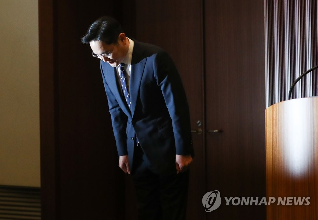 Samsung Electronics Vice Chairman Lee Jae-yong bows at his press conference in Seoul on May 6, 2020, before announcing his apology statement over his succession and labor union issues. (Yonhap)