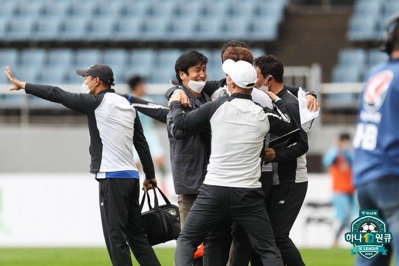 기뻐하는 서울 이랜드FC의 정정용 감독