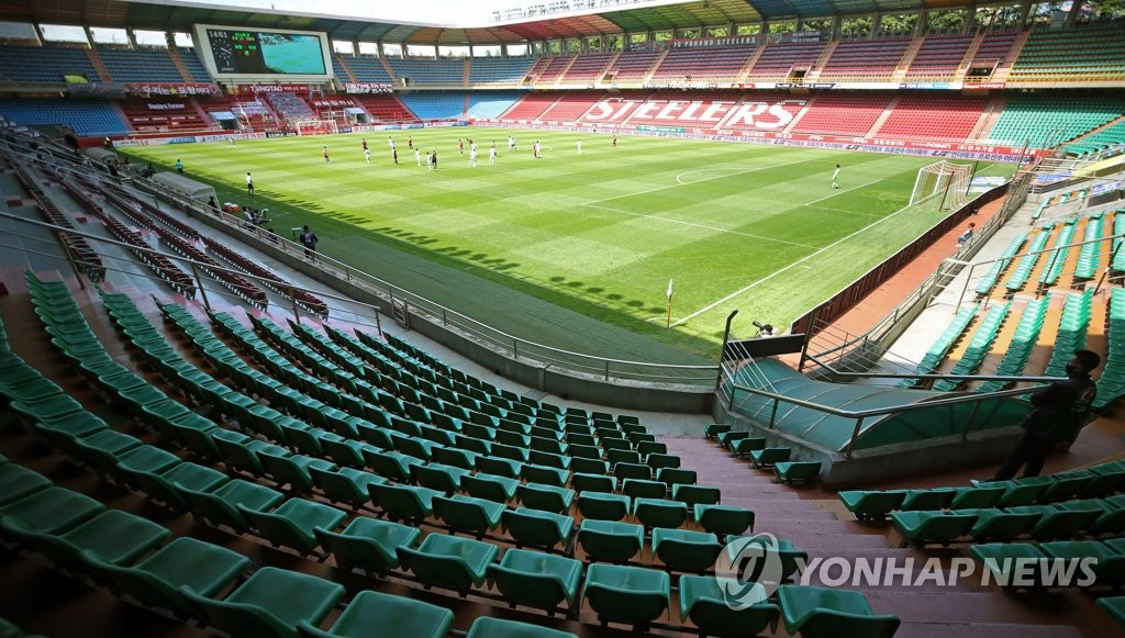 This file photo from May 10, 2020, shows a K League 1 match between Pohang Steelers and Busan IPark being played at an empty Pohang Steel Yard in Pohang, 370 kilometers southeast of Seoul. (Yonhap)