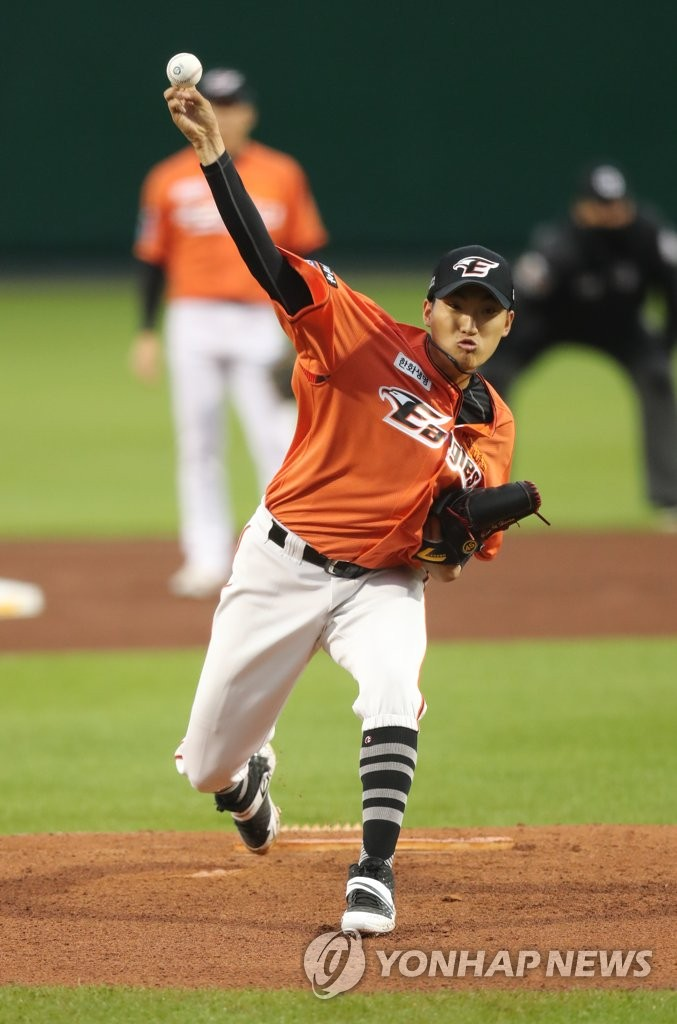 Kim Yi-hwan of the Hanwha Eagles pitches against the Lotte Giants in a Korea Baseball Organization regular season game at Hanwha Life Eagles Park in Daejeon, 160 kilometers south of Seoul, on May 15, 2020. (Yonhap)