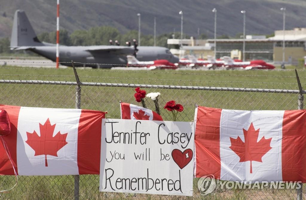 캐나다 공군 '스노버드'기 추락사고 추모 현장