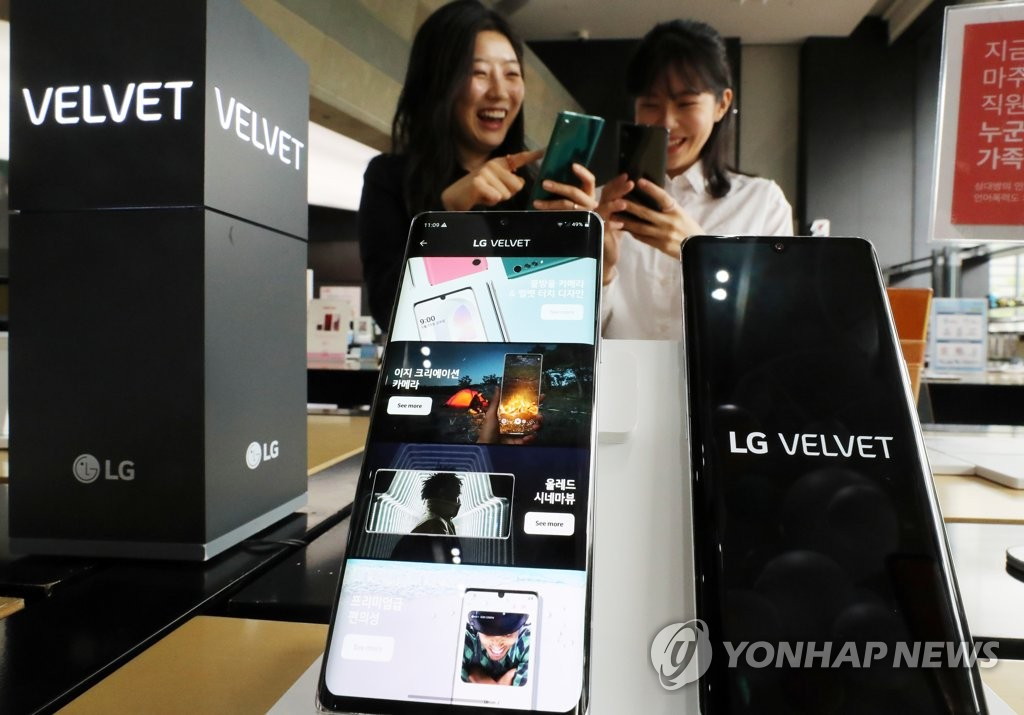 This photo taken on May 19, 2020, shows LG Electronics Inc.'s new smartphone, the Velvet, at a store in Seoul. (Yonhap)
