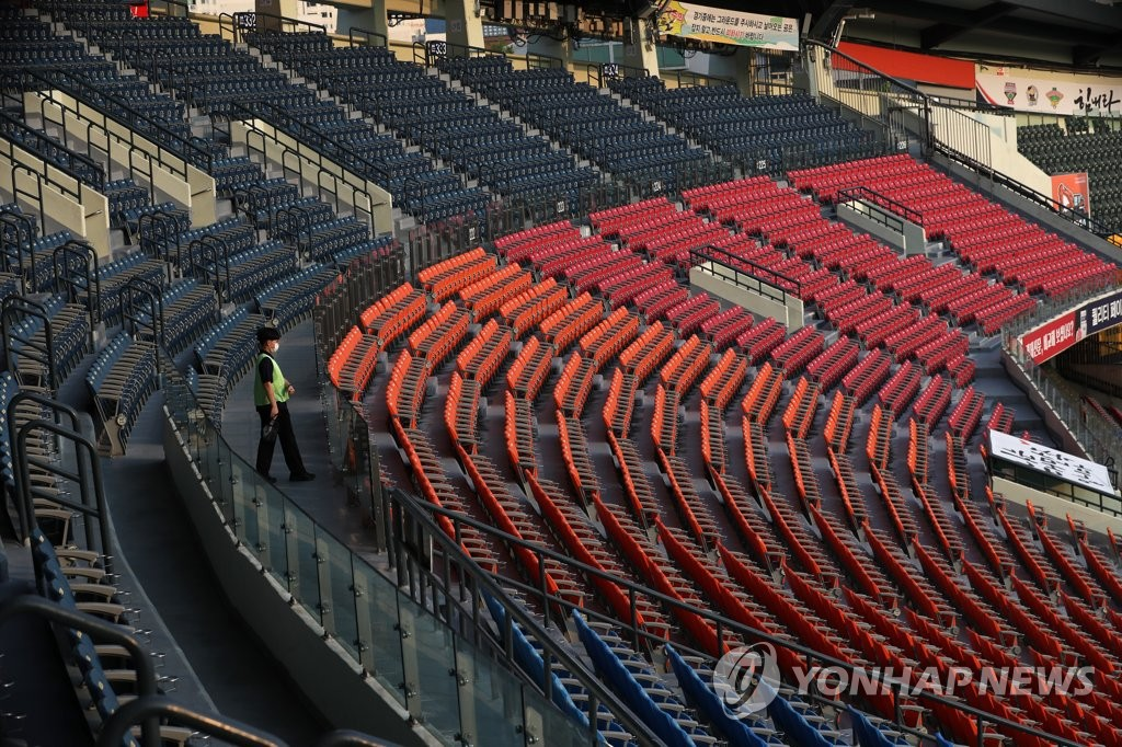 This file photo from May 28, 2020, shows empty seats at Jamsil Baseball Stadium in Seoul during a Korea Baseball Organization regular season game between the SK Wyverns and the Doosan Bears. (Yonhap)
