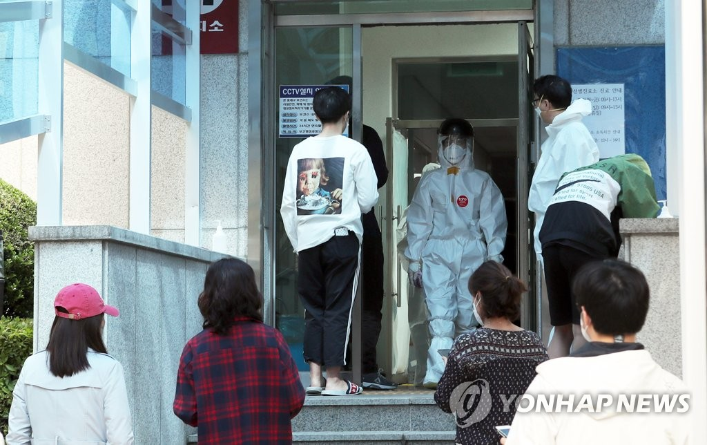 A student walks into a coronavirus testing center in the southeastern port city of Busan on May 30, 2020. (Yonhap)