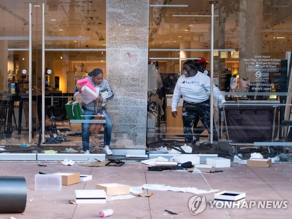 '흑인사망' 시위 와중에 약탈 당하는 LA 상점들