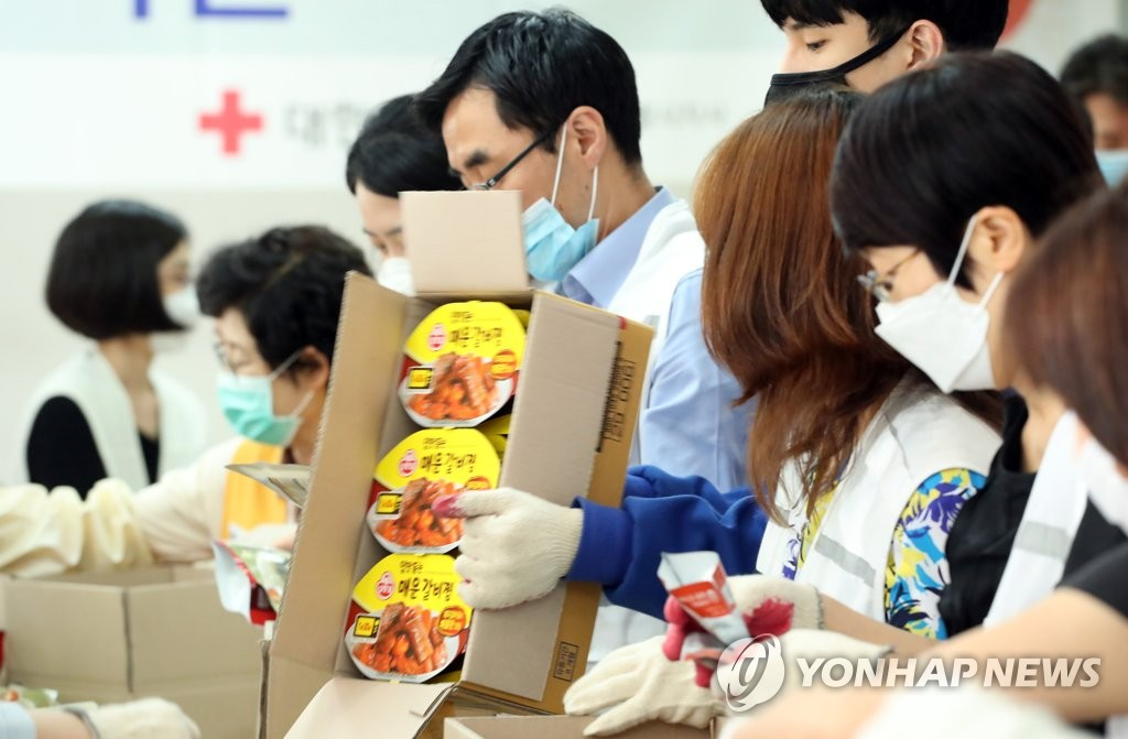 Volunteer workers prepare food packages for vulnerable households amid the new coronavirus pandemic at a Korean Red Cross office in Seoul on June 3, 2020. (Yonhap)