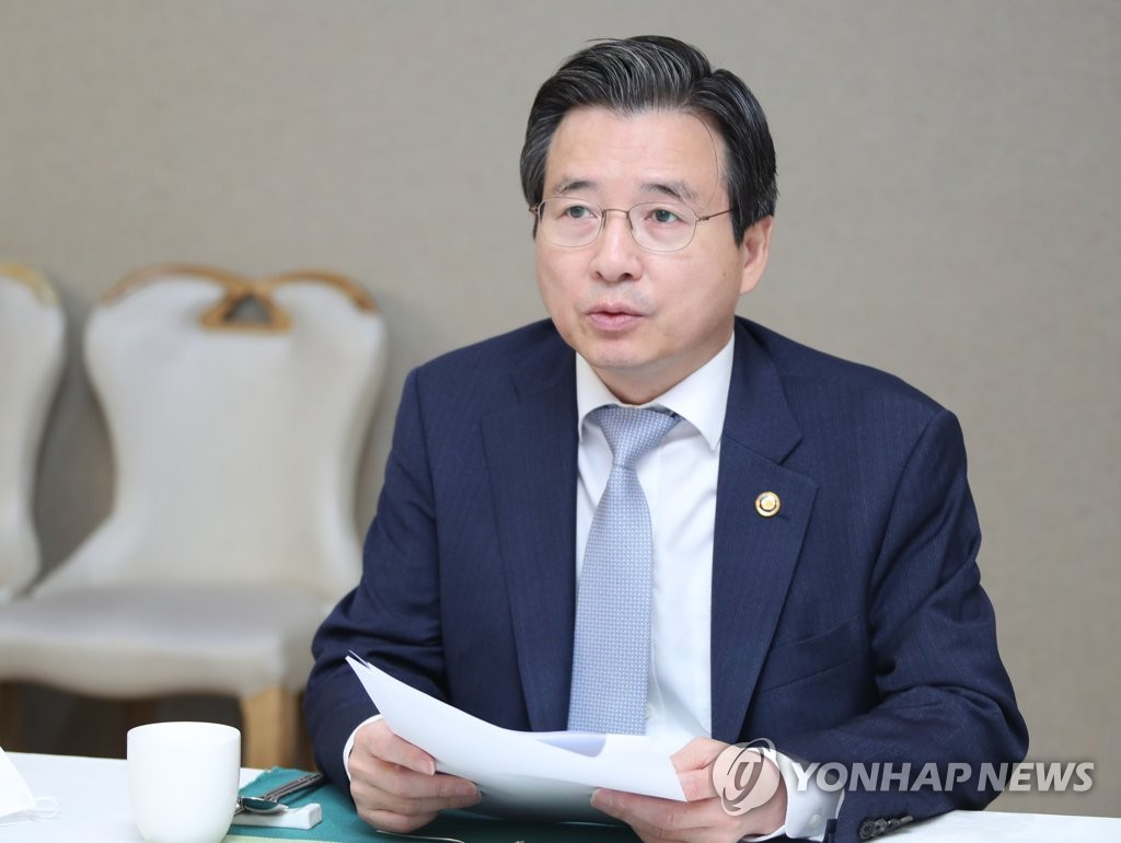 Vice Finance Minister Kim Yong-beom speaks at a meeting with senior ministry officials on June 5, 2020. (Yonhap)