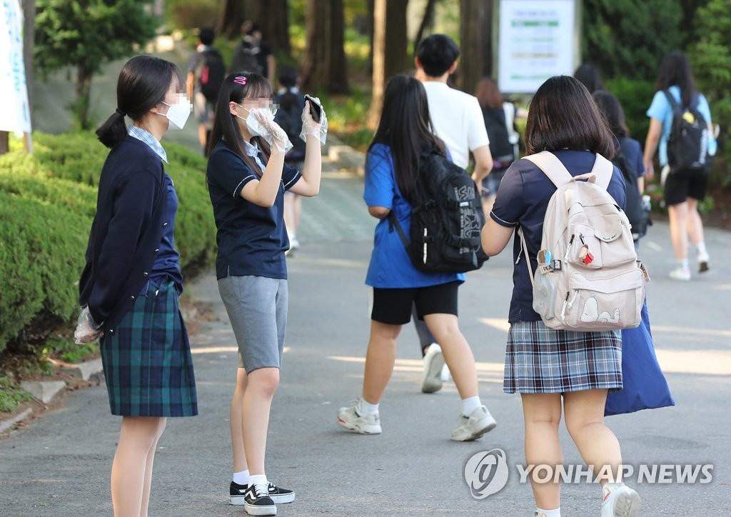 Students greet each other at a middle school in central Seoul on June 8, 2020. The country rolled out the final phase of its reopening plan of schools amid the new coronavirus pandemic on the day. (Yonhap)