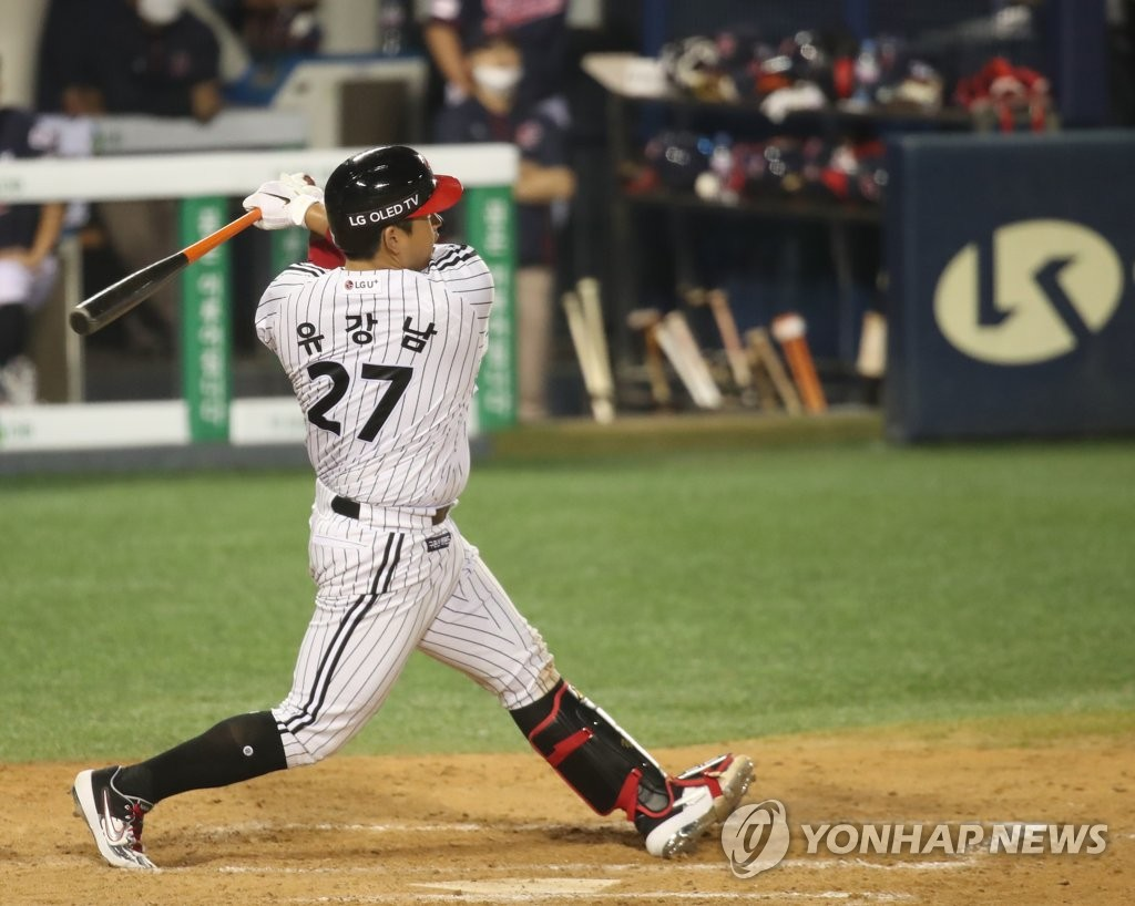 Yoo Kang-nam of the LG Twins hits a game-tying single in the bottom of the eighth inning of a Korea Baseball Organization regular season game against the Lotte Giants at Jamsil Baseball Stadium in Seoul on June 12, 2020. (Yonhap)