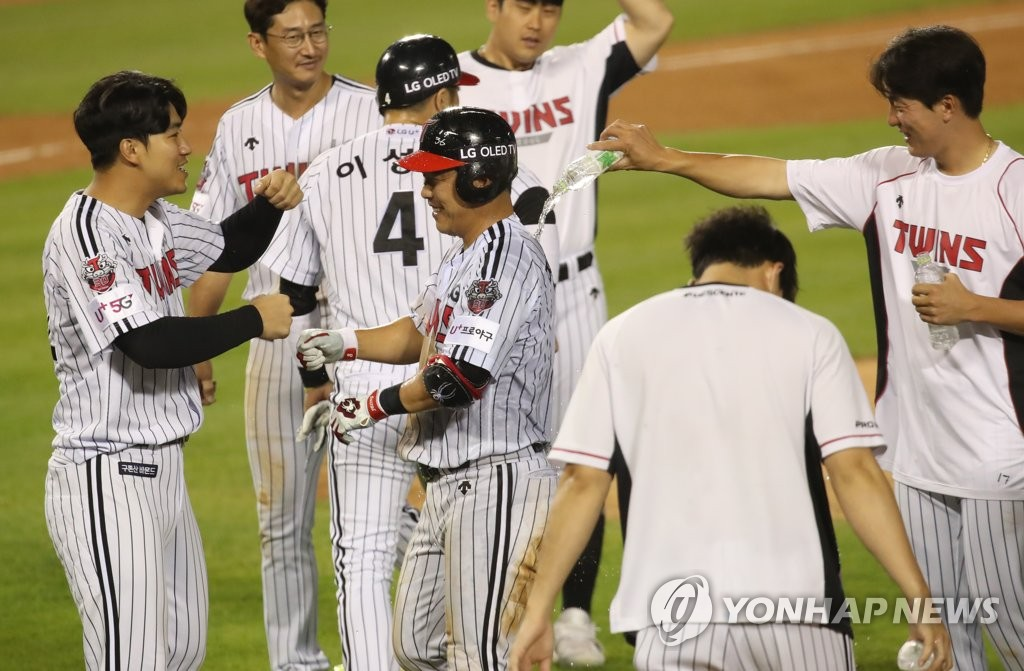 LG Twins' players celebrate their 3-2 victory over the Lotte Giants with a 10th-inning single by Jeong Keun-woo (C) in their Korea Baseball Organization regular season game at Jamsil Baseball Stadium in Seoul on June 12, 2020. (Yonhap)