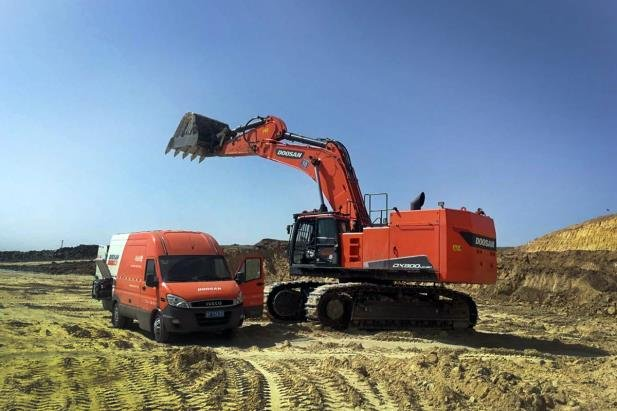 This photo offered by Doosan Infracore Co. shows a large excavator built by the company. (PHOTO NOT FOR SALE) (Yonhap)