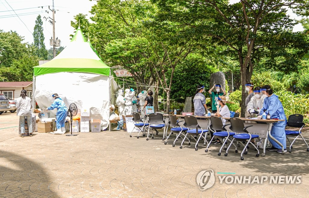 Students and teachers receive coronavirus tests at a middle school in Mokpo, 410 kilometers southwest of Seoul, on June 28, 2020, in this photo provided by the Mokpo city government. (PHOTO NOT FOR SALE) (Yonhap)