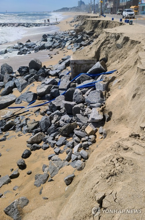 Beach collapsed by gusts, heavy rain