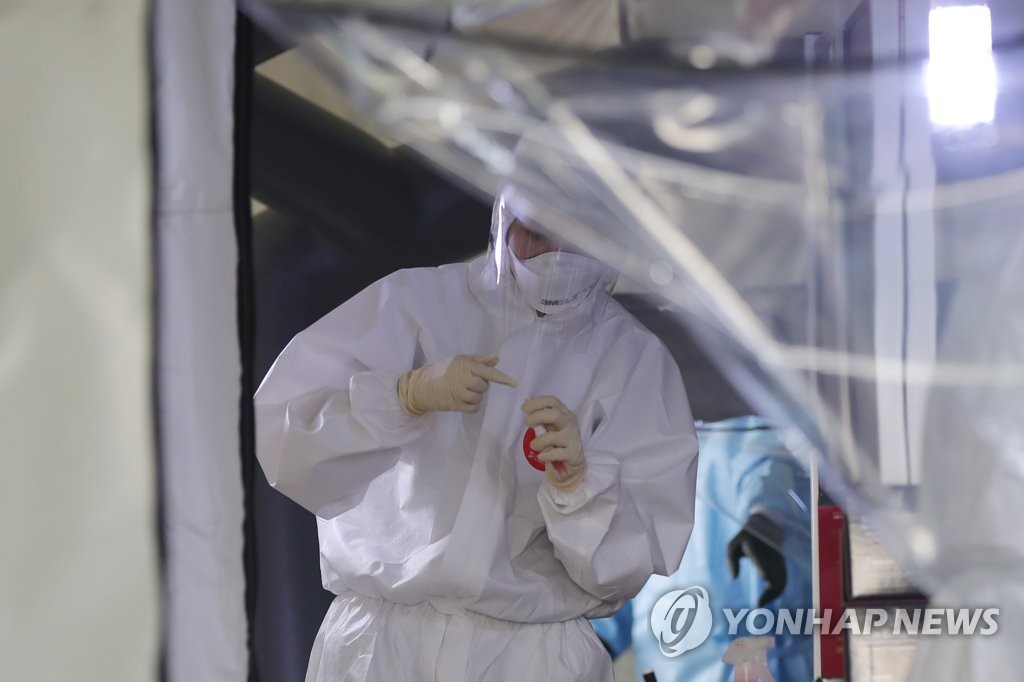 A medical staff works at a makeshift clinic located in Gwangju, 330 kilometers south of Seoul, on July 9, 2020. (Yonhap)