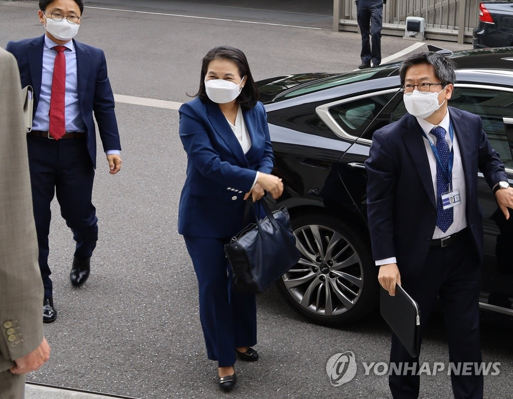 South Korean Trade Minister Yoo Myung-hee (C) arrives at the headquarters of the World Trade Organization in Geneva on July 16, 2020. The official was in the Swiss city to deliver a speech outlining her bid to run for director general of the WTO. (Yonhap)