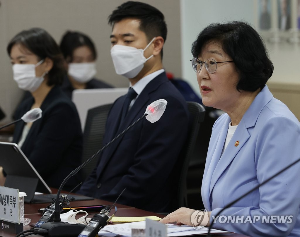 Minister of Gender Equality and Family Lee Jung-ok (R) speaks at a meeting with experts in sexual violence prevention at the government complex in Seoul on July 17, 2020. (Yonhap)