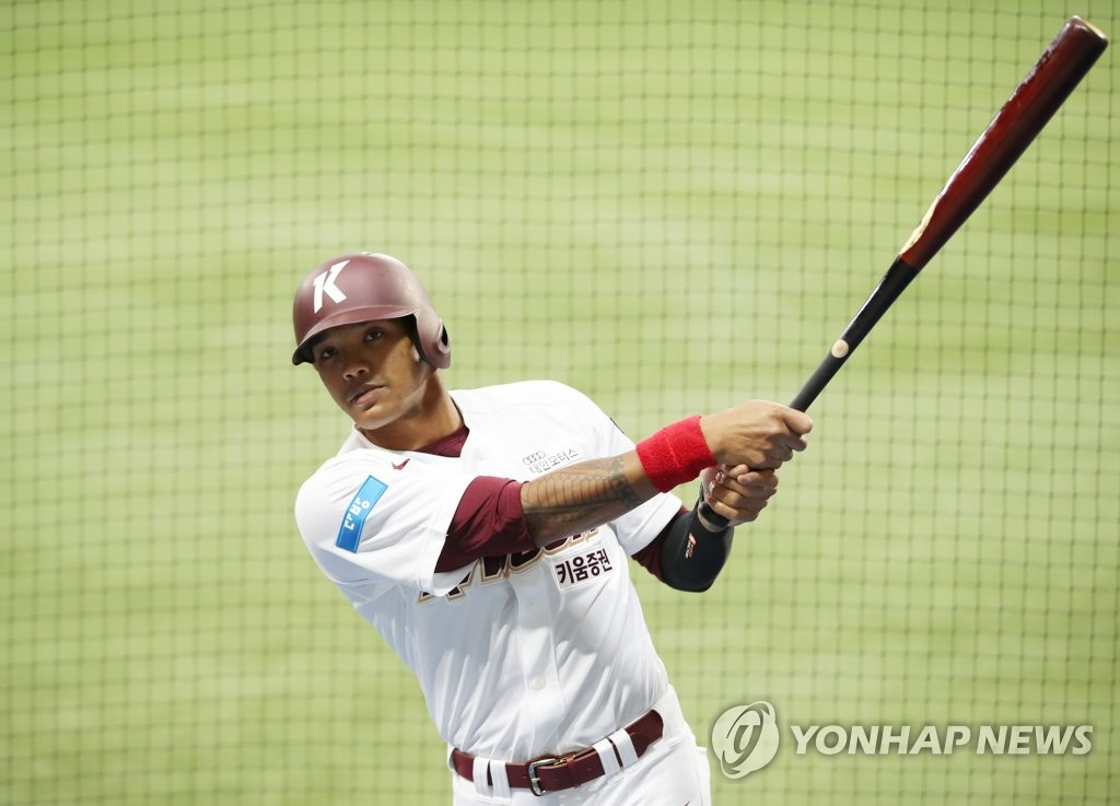 Addison Russell of the Kiwoom Heroes poses for photos after practice at Gocheok Sky Dome in Seoul on July 24, 2020. (Yonhap)