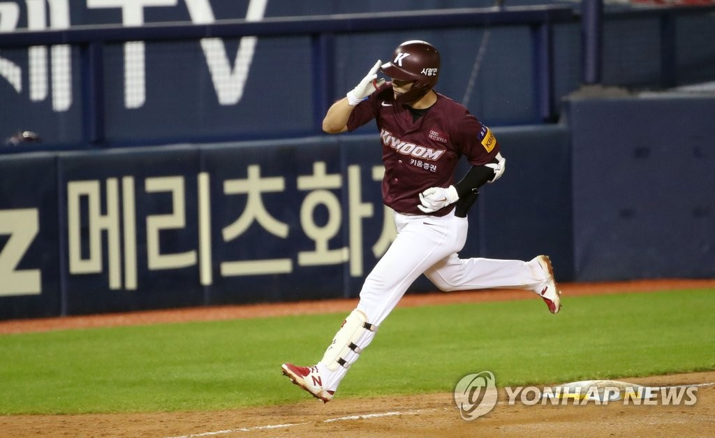 Kim Ha-seong of the Kiwoom Heroes comes home after hitting a solo shot against the Doosan Bears in the top of the seventh inning of their Korea Baseball Organization regular season game at Jamsil Baseball Stadium in Seoul on July 28, 2020. (Yonhap)
