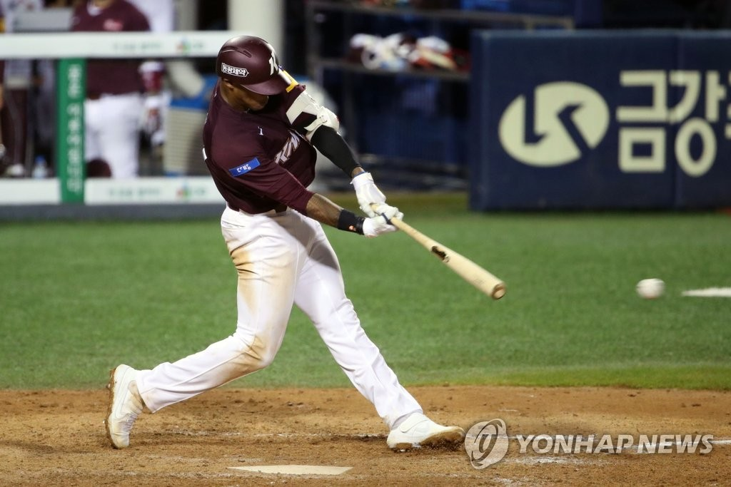 Addison Russell of the Kiwoom Heroes hits a two-run single against the Doosan Bears in the top of the ninth inning of their Korea Baseball Organization regular season game at Jamsil Baseball Stadium in Seoul on July 28, 2020. (Yonhap)