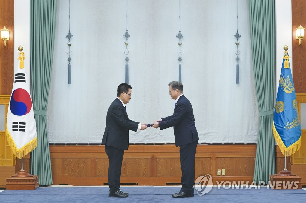President Moon Jae-in (R) presents a letter of appointment to Park Jie-won, head of the National Intelligence Service, at Cheong Wa Dae in Seoul on July 29, 2020. (Yonhap)